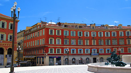 Place centrale dans la vieille ville de Nice photo